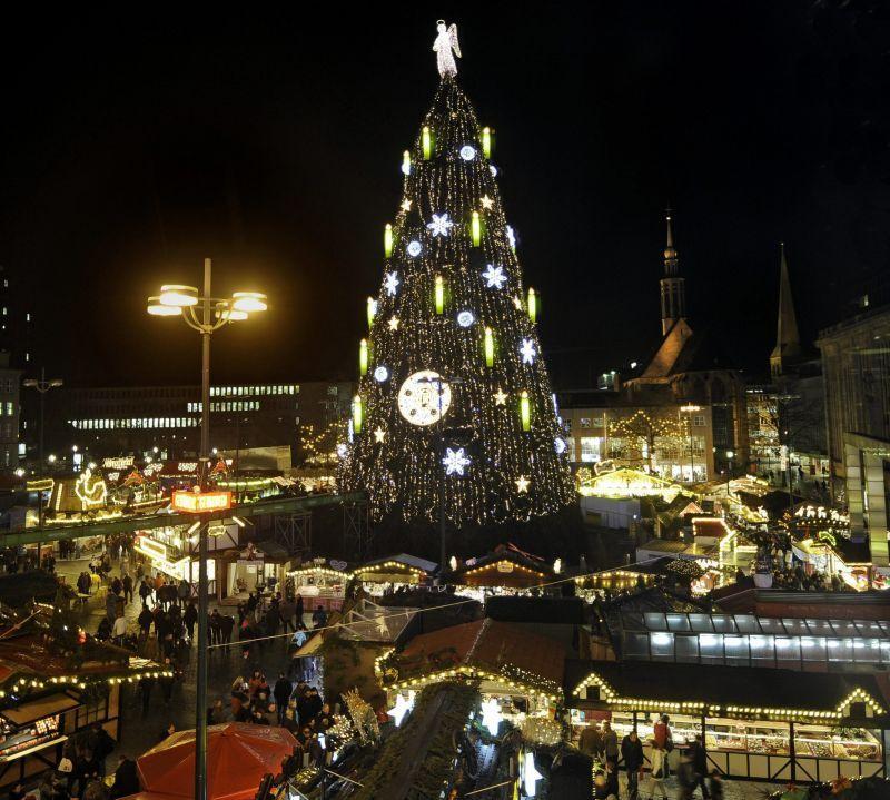 Унікальна ялина встановлена в німецькому Дортмунді. 45-метрова велетка складається з 1700 ялинок, важить 30 тонн і підсвічується 40 тисячами вогнів.