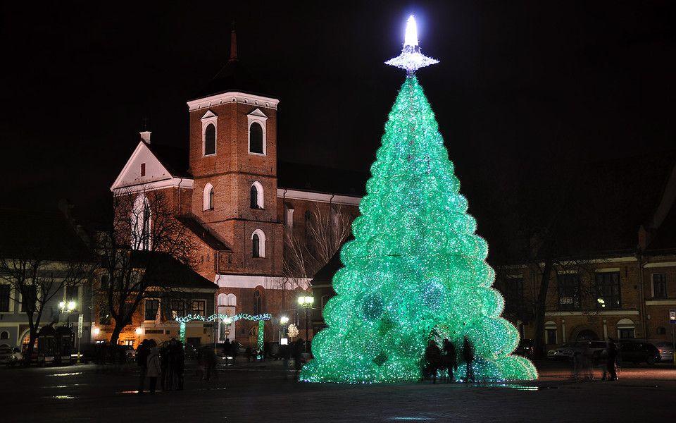 Литовці продемонстрували усім, що таке бюджетна ялинка. У Каунасі створили різдвяне дерево з 32 тисяч пластикових пляшок з-під спрайту.
