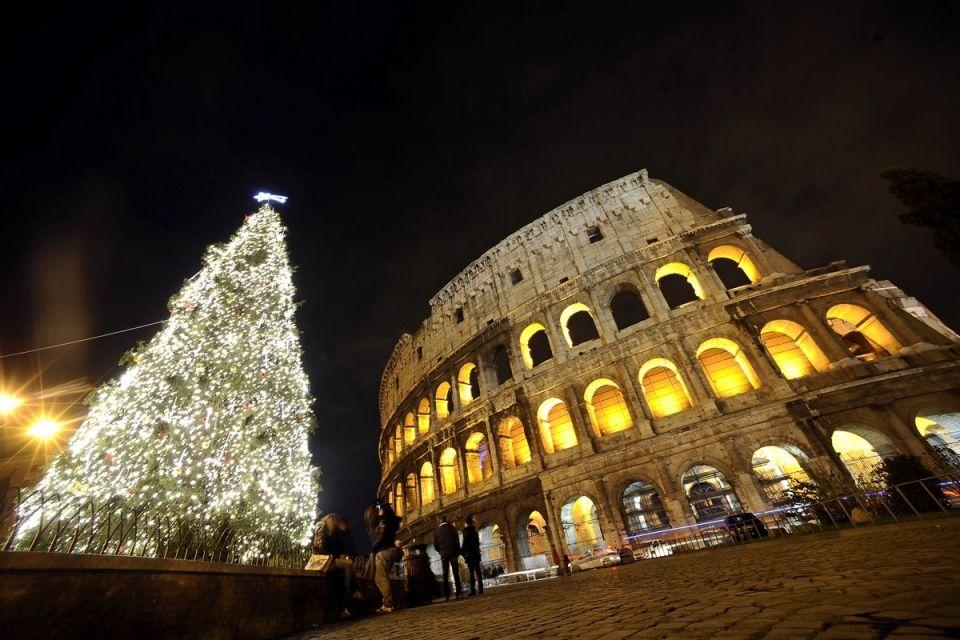 Новорічна ялина біля римського Колізею в Італії.