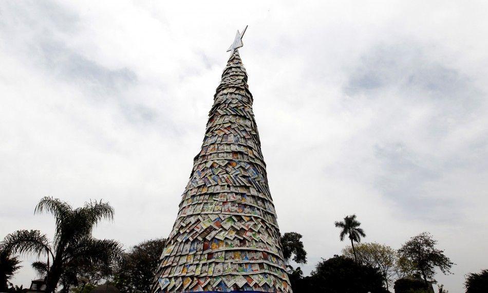 """Унікальне """"дерево"""" з тетрапаку в столиці Перу, Лімі."""