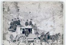 Знаменита дедвудская поштова карета. Карета, запряжена кіньми, здійснювала регулярні рейси по небезпечних дорогах у чорних пагорбах, поки не проклали залізницю. Знімок зроблений в 1889 році.