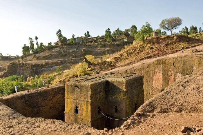 Унікальні монолітні храми в скелі міста Лалібела (2)