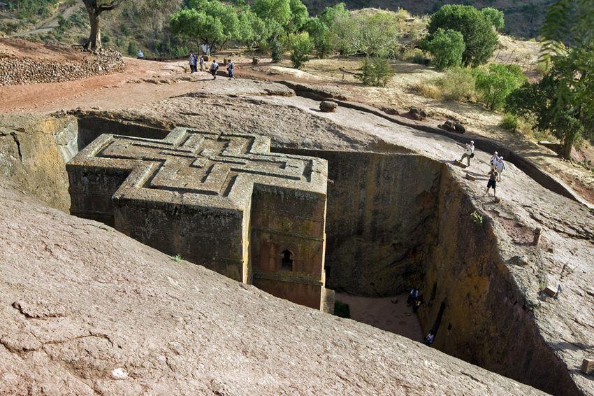 Унікальні монолітні храми в скелі міста Лалібела (3)