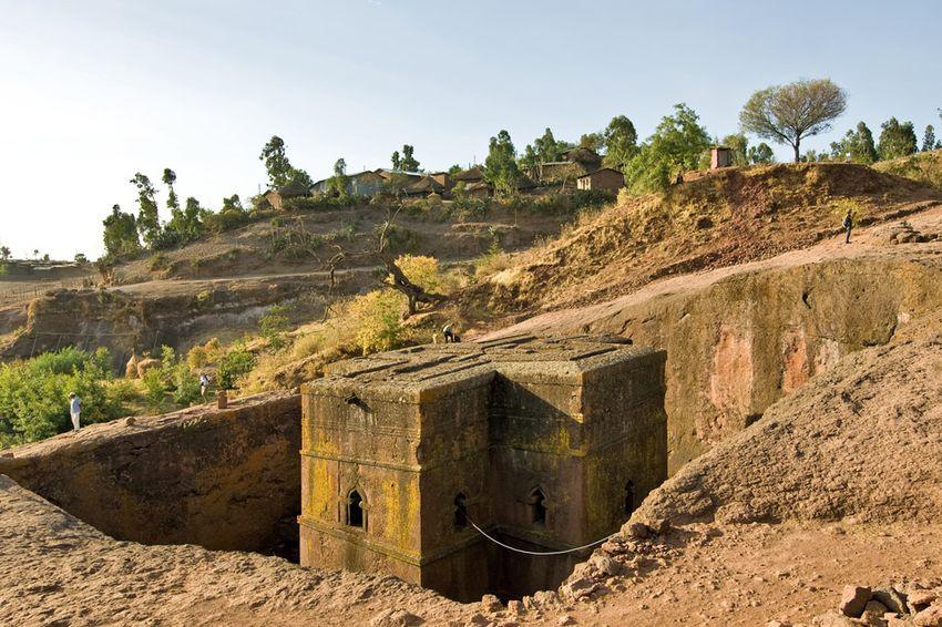 Унікальні монолітні храми в скелі міста Лалібела (5)