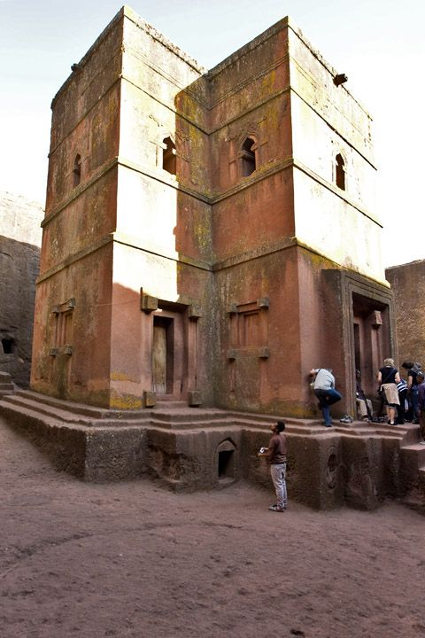 Унікальні монолітні храми в скелі міста Лалібела (6)