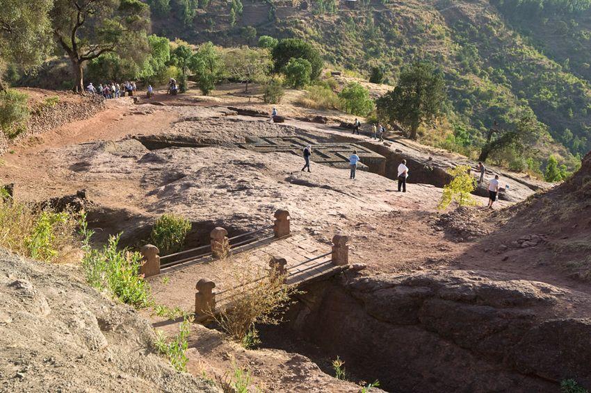 Унікальні монолітні храми в скелі міста Лалібела (8)