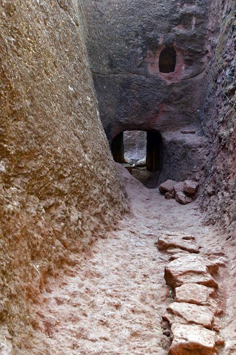 Унікальні монолітні храми в скелі міста Лалібела (9)