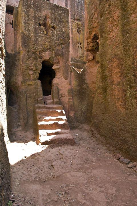 Унікальні монолітні храми в скелі міста Лалібела (10)