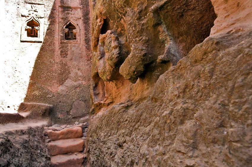 Унікальні монолітні храми в скелі міста Лалібела (11)