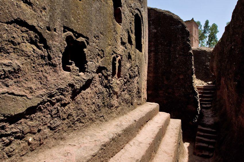 Унікальні монолітні храми в скелі міста Лалібела (13)