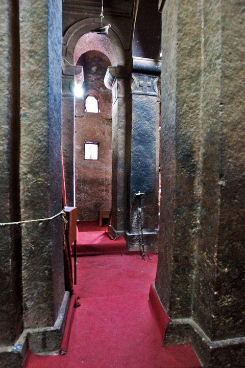 Унікальні монолітні храми в скелі міста Лалібела (14)