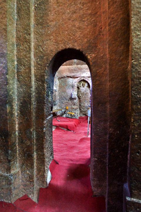 Унікальні монолітні храми в скелі міста Лалібела (15)