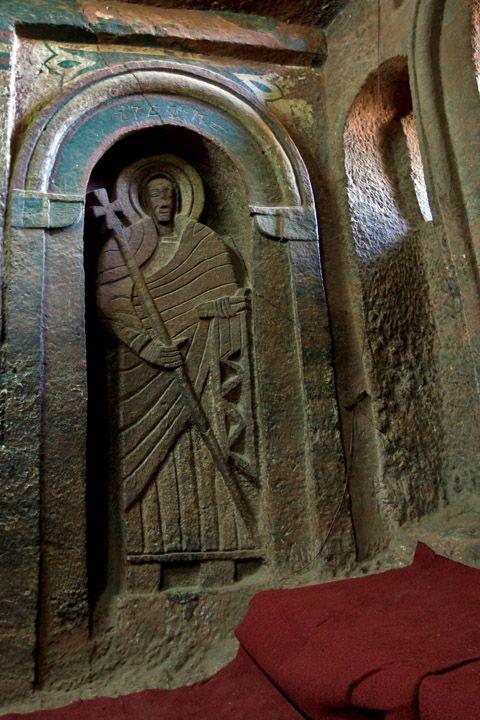 Унікальні монолітні храми в скелі міста Лалібела (17)