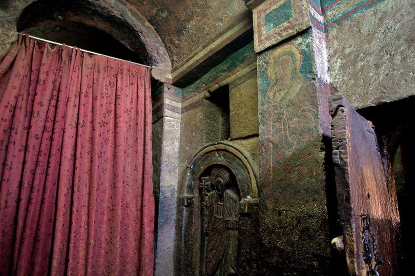 Унікальні монолітні храми в скелі міста Лалібела (18)