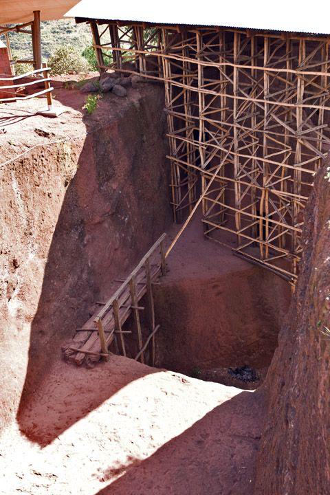 Унікальні монолітні храми в скелі міста Лалібела (19)