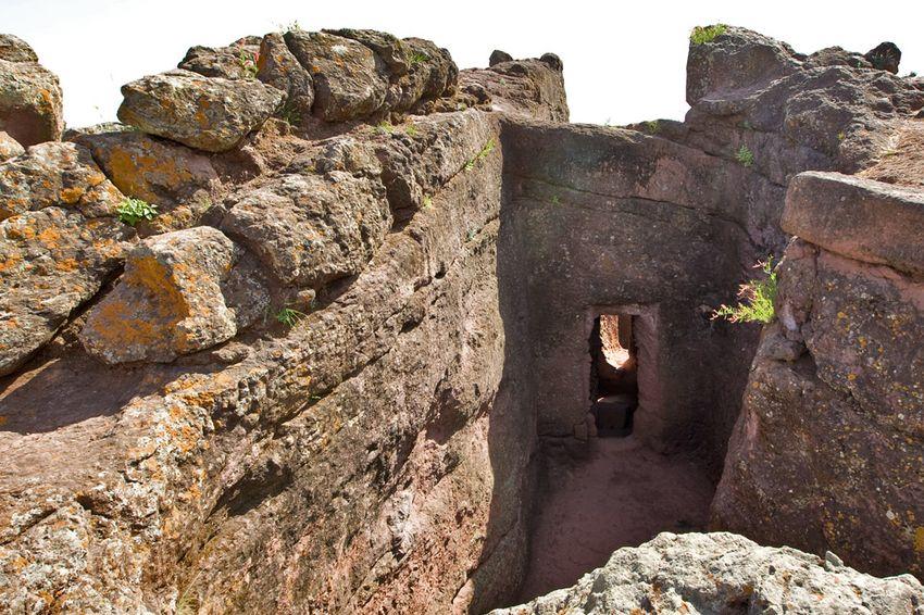Унікальні монолітні храми в скелі міста Лалібела (20)
