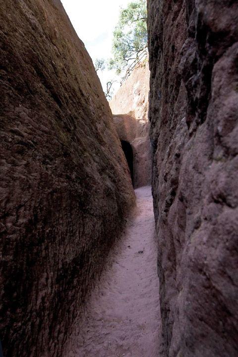 Унікальні монолітні храми в скелі міста Лалібела (26)