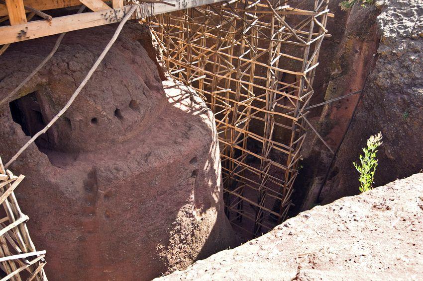 Унікальні монолітні храми в скелі міста Лалібела (27)