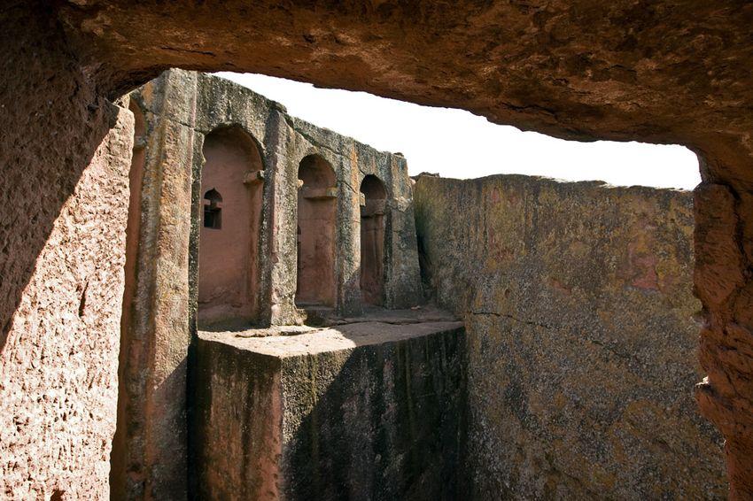 Унікальні монолітні храми в скелі міста Лалібела (28)