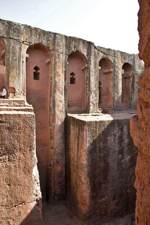 Унікальні монолітні храми в скелі міста Лалібела (29)