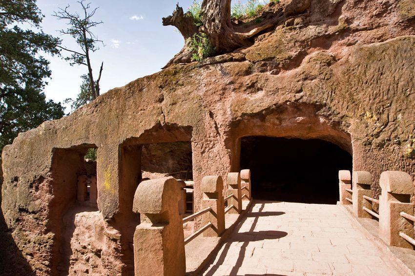 Унікальні монолітні храми в скелі міста Лалібела (30)