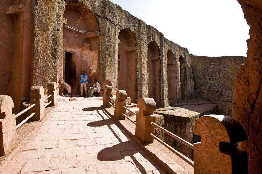 Унікальні монолітні храми в скелі міста Лалібела (31)