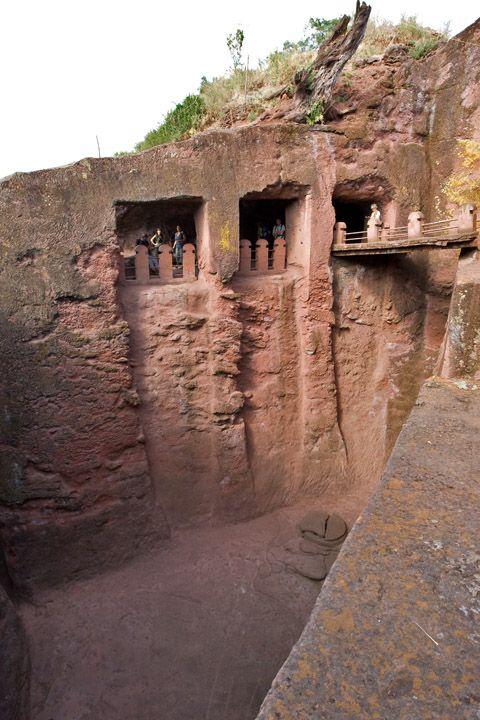 Унікальні монолітні храми в скелі міста Лалібела (32)