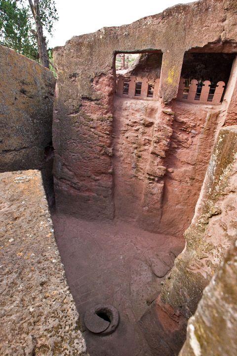 Унікальні монолітні храми в скелі міста Лалібела (33)
