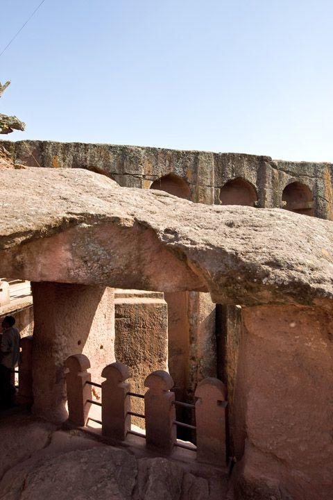 Унікальні монолітні храми в скелі міста Лалібела (34)