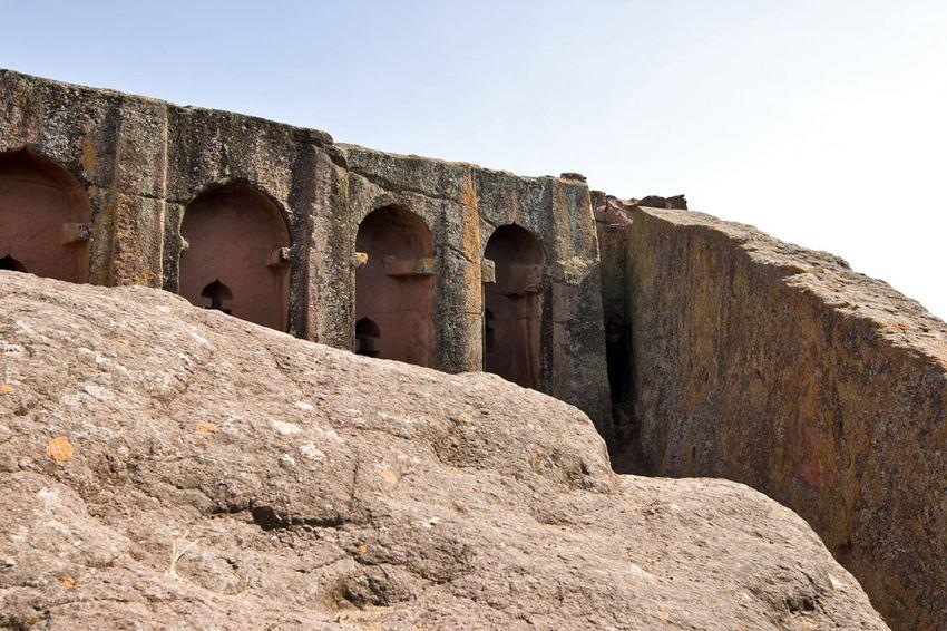 Унікальні монолітні храми в скелі міста Лалібела (35)