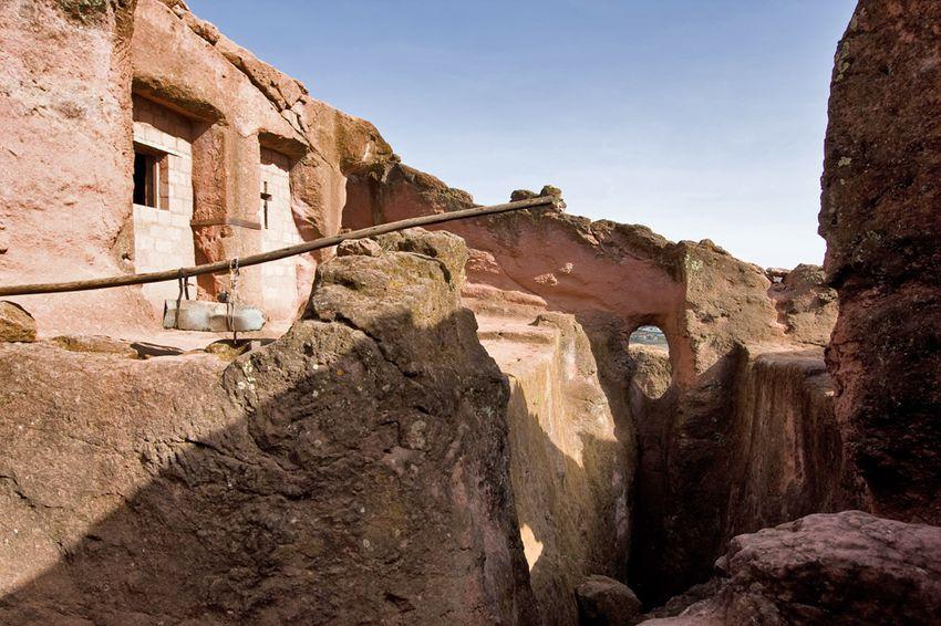 Унікальні монолітні храми в скелі міста Лалібела (37)