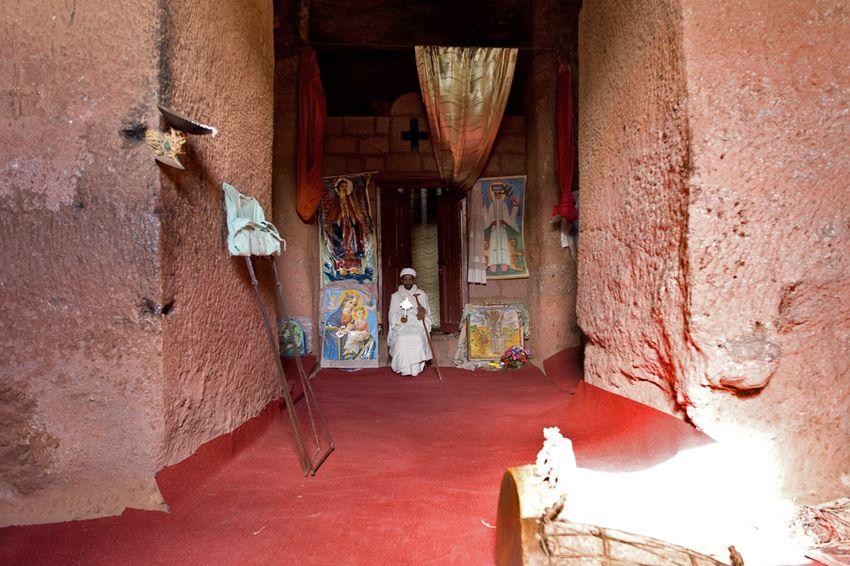 Унікальні монолітні храми в скелі міста Лалібела (39)