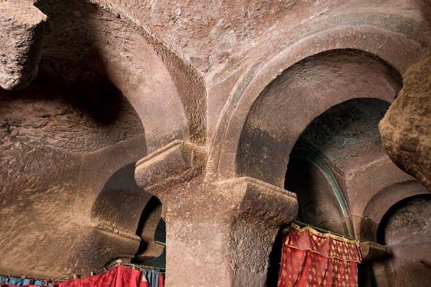 Унікальні монолітні храми в скелі міста Лалібела (40)