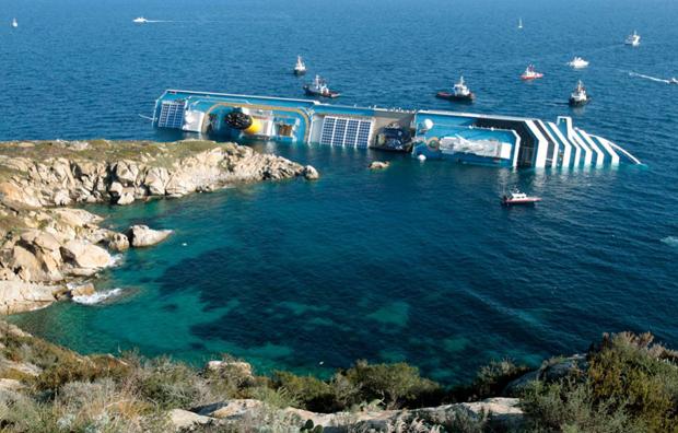 «Costa Concordia» в оточенні дрібних суден. (AP Photo / Gregorio Borgia)