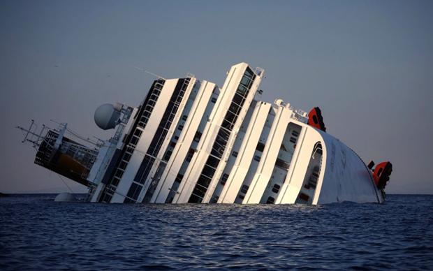 «Costa Concordia» після аварії біля берегів острова Джил. 6 пасажирів потонули, 14 все ще числяться зниклими без вісті, після того як італійський лайнер з 4200 людьми на борту сів на мілину.