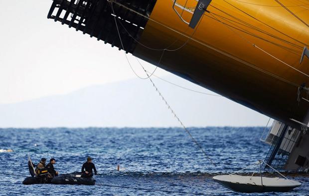 Рятувальники перевіряють води навколо з «Costa Concordia» після аварії корабля. (Filippo Monteforte / AFP / Getty Images)