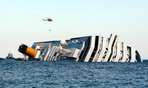 Італійський пожежний вертоліт забирає пасажирів з лайнера «Costa Concordia». Пожежні працювали всі неділю, щоб врятувати члена екіпажу зі зламаною ногою через 36 годин після трагедії. (AP Photo / Gregorio Borgia)