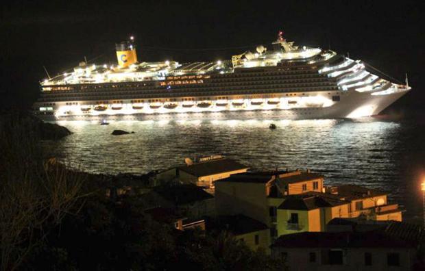 Круїзний лайнер «Costa Concordia» накренився, сівши на мілину біля берегів острова Джил. (AP Photo / Giglionews.it, Giorgio Fanciulli)