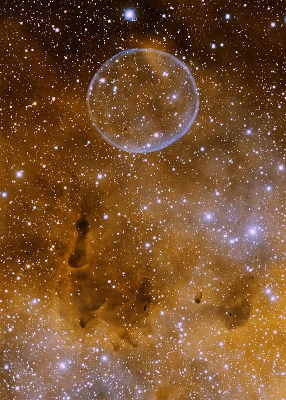"""Туманність Мильного Пузиря) Причому це """"міхур"""" розміром перевершує нашу Сонячну систему! Першим цю туманність помітив і задокументував Дейв Юрасевіч, і сталося це 9 червня 2007"""