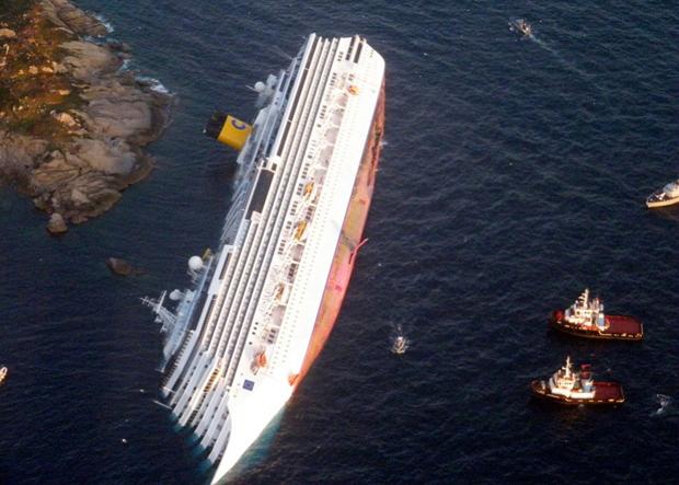 «Costa Concordia» біля західного узбережжя острова Джильи в Італії. (Reuters / Italian Guardia di Finanza)