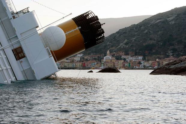 «Costa Concordia» лежить на боці після катастрофи. (AP Photo / Gregorio Borgia)
