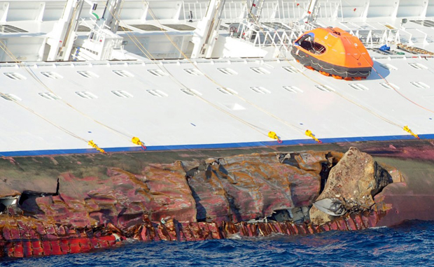 Пробоїни в корпусі корабля. (Reuters / Stringer)
