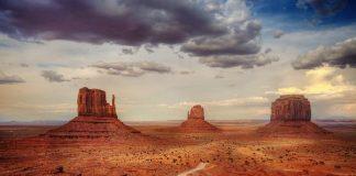 Фантастичні обриси скель на пустельному пейзажі: Долина монументів (6)