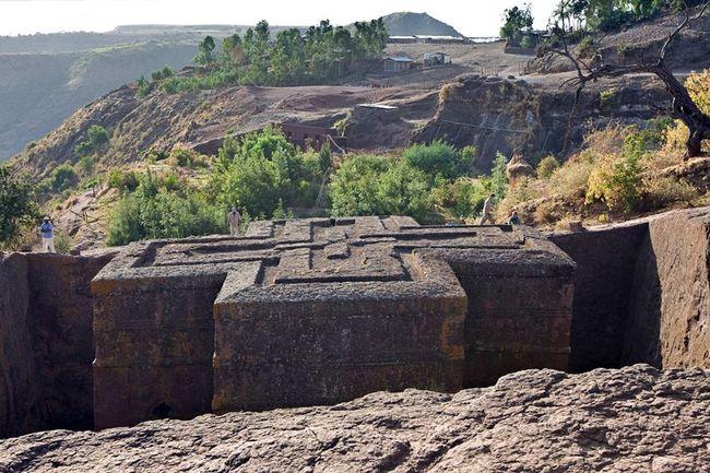 Унікальні монолітні храми в скелі міста Лалібела (1)