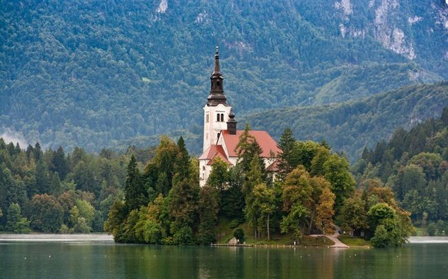 Церква на озері Блед в Словенії (1)