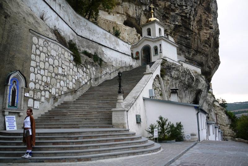 Монастир на дорозі в Чуфут-Кале  фото: away.oberweb.ru