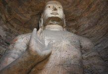 Статуя сидячого Гаутами, його піднята рука (Абхая-мудра) означає відкритість і безстрашність.