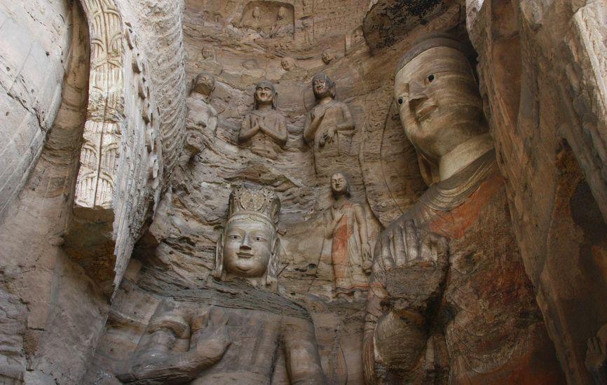 Численні отвори в статуї - залишки кріплення штукатурки, всі фігури в давнину були багато прикрашені і розписані. Зараз елементи зовнішнього оформлення присутні тільки на небагатьох скульптурах.