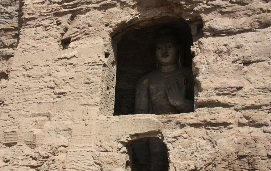 В давнину всі статуї були укриті додатковими дерев'яними спорудами, про це свідчать численні отвори в стінах, призначені для балок-кріплень.