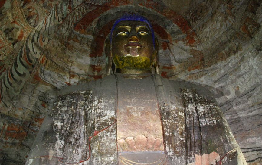 Найбільша статуя Будди Гаутами в Юньгане, висота 17 метрів. Вона була обштукатурена і розфарбована в епоху Тан (618-907 рр. н.е.)